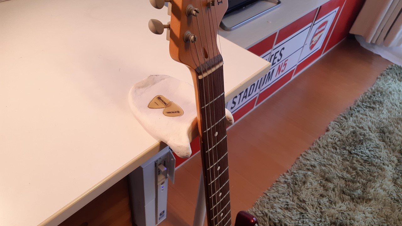 【テーブルで使えるギタースタンド】ギターレストを紙粘土で自作してみた【DIY】